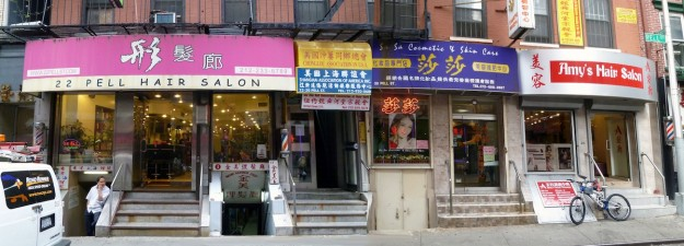 Möjlighet till mindre affärsverksamhet skapar kreativitet och konkurrens som här med fyra hårsalonger på rad i China Town, New York. Foto: Peter Elmlund